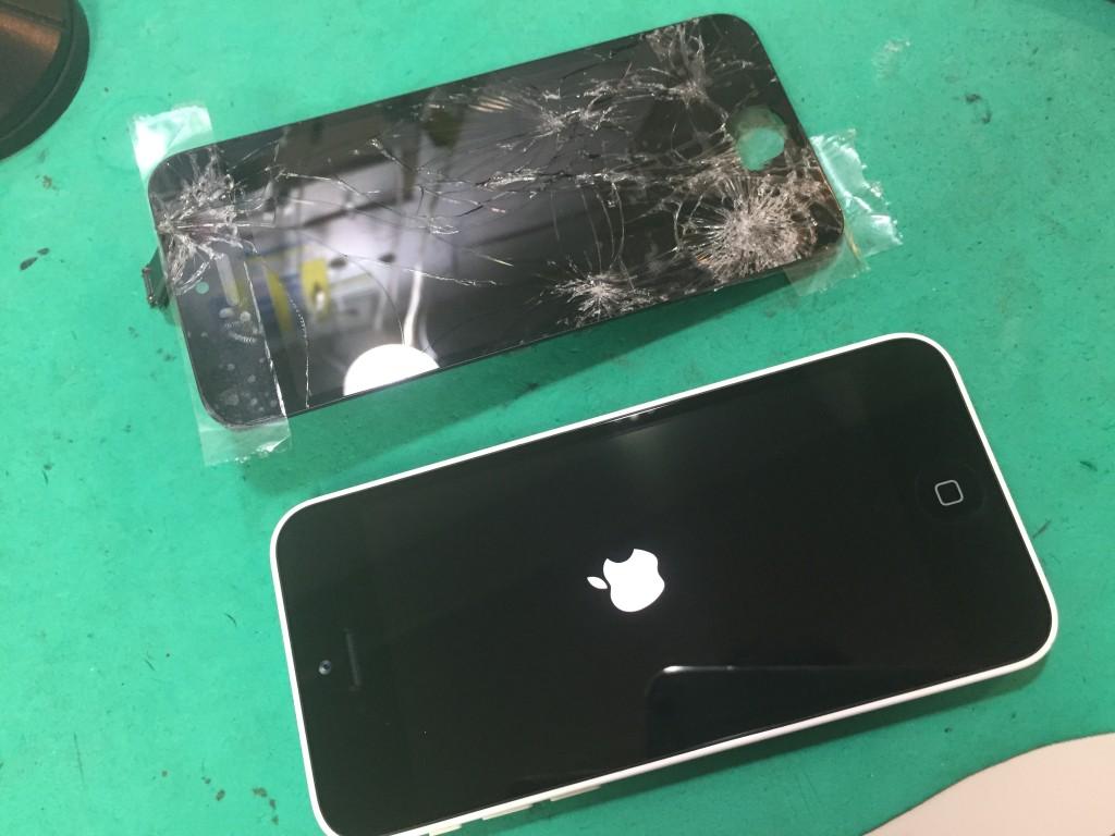 iPhone5c画面割れリンゴ