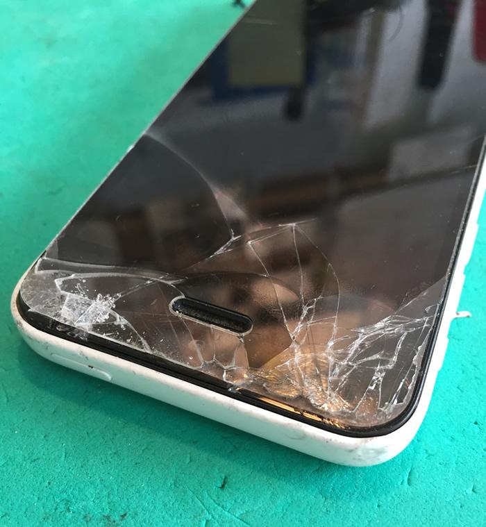 アイフォン5c画面割れ1